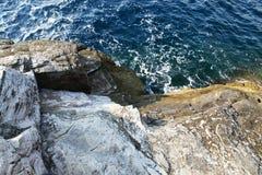 Landskapet med vatten och vaggar i den Thassos ön, Grekland Royaltyfri Fotografi