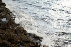Landskapet med vatten och vaggar i den Thassos ön, Grekland, bredvid den naturliga pölen som kallas Giola Royaltyfri Fotografi