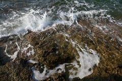 Landskapet med vatten och vaggar i den Thassos ön, Grekland, bredvid den naturliga pölen som kallas Giola Royaltyfria Bilder