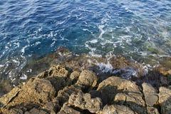 Landskapet med vatten och vaggar i den Thassos ön, Grekland, bredvid den naturliga pölen som kallas Giola Royaltyfria Foton