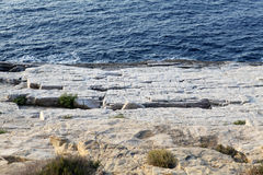 Landskapet med vatten och vaggar i den Thassos ön, Grekland, bredvid den naturliga pölen som kallas Giola Arkivbilder