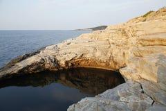 Landskapet med vatten och vaggar i den Thassos ön, Grekland, bredvid den naturliga pölen som kallas Giola Arkivfoto