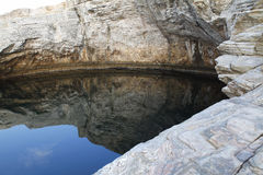 Landskapet med vatten och vaggar i den Thassos ön, Grekland, bredvid den naturliga pölen som kallas Giola Royaltyfri Bild