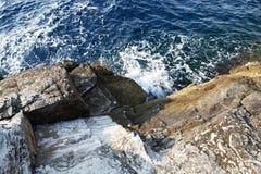 Landskapet med vatten och vaggar i den Thassos ön, Grekland, bredvid den naturliga pölen som kallas Giola Arkivbild