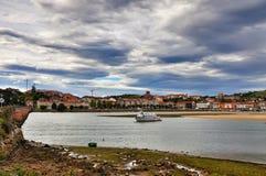 Landskapet och vit seglar i den San Vicente de la Barquera staden Spanien arkivbild