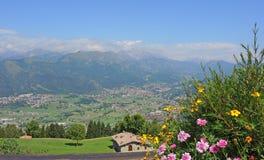 Landskapet på städerna av Clusone och Rovetta från berget inkvarterar kallade San Lucio Royaltyfri Bild