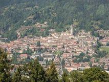 Landskapet på staden av Clusone från berglogen kallade San Lucio Arkivfoton