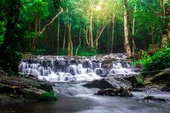 Landskapfotoet, härlig vattenfall i rainforest, vattenfall i Thailand Royaltyfri Bild