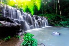 Landskapfotoet, härlig vattenfall i rainforest, vattenfall i Thailand Arkivfoton