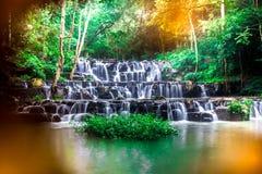 Landskapfotoet, härlig vattenfall i rainforest, vattenfall i Thailand Arkivbild
