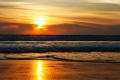 Landskaphavet vinkar på stranden Royaltyfri Fotografi