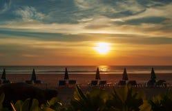 Landskaphavet vinkar på stranden Royaltyfria Bilder