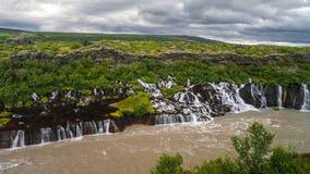 LandskapHraunfossar vattenfall på den Hvita floden Island arkivfoton