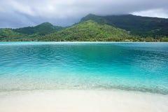 LandskapHuahine ö från den vita sandstranden Royaltyfri Fotografi