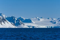 Landskapisnatur av glaciärbergen av himmel för solnedgång för dag för vinter Spitsbergen Longyearbyen Svalbard för arktiskt hav p royaltyfri bild