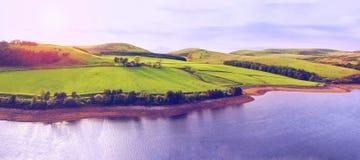 Landskaplandskap av grön dal, kulle, flod och molniga blått s Royaltyfri Bild