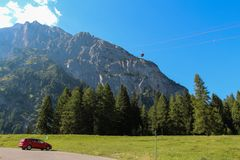 Landskaplandskap med den gröna skogen, bergmassiven och kabelbilen Malga Ciapela, Veneto, Italien arkivfoton