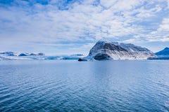 Landskapnatur av bergen av solnedgången för dag för vinter Spitsbergen Longyearbyen Svalbard för arktiskt hav den polara arkivfoto