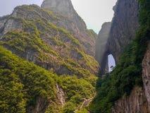 Landskapnatur av den Tianmen grottan i det Tianmen berget Hunan, Kina royaltyfri foto