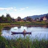 Landskappanoramasikt av floden med fartyget på fält Royaltyfri Fotografi