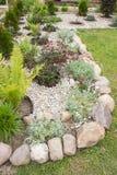 Landskaprabatt som dekoreras med stenen och grus Arkivbilder