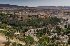 Landskapsikt av den Alhambra slotten från bergstoppet royaltyfria bilder