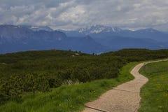 Landskapsikt av den gå slingan nära observationsdäcket på överkanten av berget, i närheten av Bolzano Arkivfoto