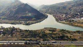 Landskapsikt av den Mtskheta staden och Kura River stock video