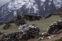 Landskapsikt av det traditionella lantliga stenhuset i Nepal arkivbild