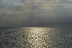 Landskapsikt av inställningssolen över havet arkivbilder