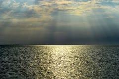 Landskapsikt av inställningssolen över havet arkivfoton