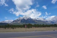 Landskapsikt av Jade Dragon Snow Mountain royaltyfri fotografi