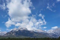 Landskapsikt av Jade Dragon Snow Mountain arkivfoto