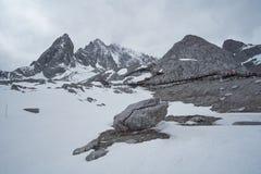 Landskapsikt av Jade Dragon Snow Mountain Peak fotografering för bildbyråer