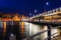 Landskapsikt av nattstaden n?ra av den Galata bron, Istanbul, Turkiet Panorama- seaview p? den guld- horn- fj?rden i bl? timme be royaltyfria foton