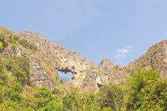 Landskapsikt av toppiga bergskedjan och rainforestdalen Arkivbilder