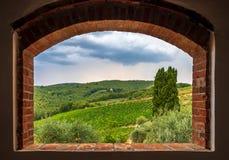 Landskapsikt av vingårdar från tegelstenfönstret, Tuscany, Italien arkivbild