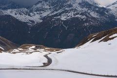 Landskapsikt från den Hochtor tunnelen på Grossglockner den höga alpina vägen Se in mot Heiligenblut i Carinthia Royaltyfria Foton