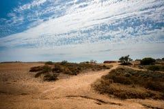 Landskapsikt med att gå slingan i Portugal Algarve Royaltyfri Fotografi