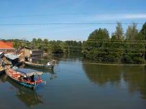 Landskapsikt med mangrovefloden med autentiska lokala fiskebåtar i Asien, Cambodja royaltyfria bilder