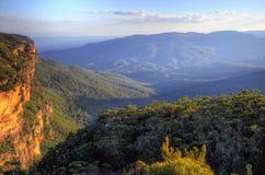 Landskapsikt på blåa berg Arkivbild