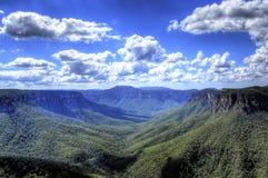 Landskapsikt på blåa berg Arkivfoto