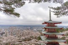 Landskapsikt uppifrån av den Chureito pagoden Arkivbild