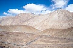 Landskapsikten av Leh geografi Berg, väg, himmel och snö Leh Ladakh, Indien royaltyfri bild