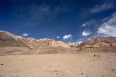 Landskapsikten av Leh geografi Berg, väg, himmel och snö Leh Ladakh, Indien royaltyfria foton