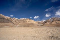 Landskapsikten av Leh geografi Berg, v?g, himmel och sn? Leh Ladakh, Indien fotografering för bildbyråer