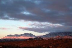 Landskapsikten solnedgångsnön täckte berg i Tucson, Arizona arkivfoto