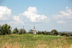 Landskapsikter av naturen, fält, byar och vägar av Ukraina Sikt från bilfönstret, när köra royaltyfria bilder