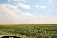 Landskapsikter av naturen, fält, byar och vägar av Ukraina Sikt från bilfönstret, när köra arkivbild