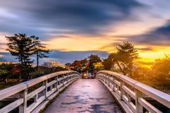 Landskapsolnedgång för lågt ljus av bron över floden i Uji, Kyoto Arkivbilder